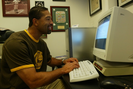 Dave Roberts at a Dodger Stadium computer in 2004. (Jon SooHoo/Los Angeles Dodgers)