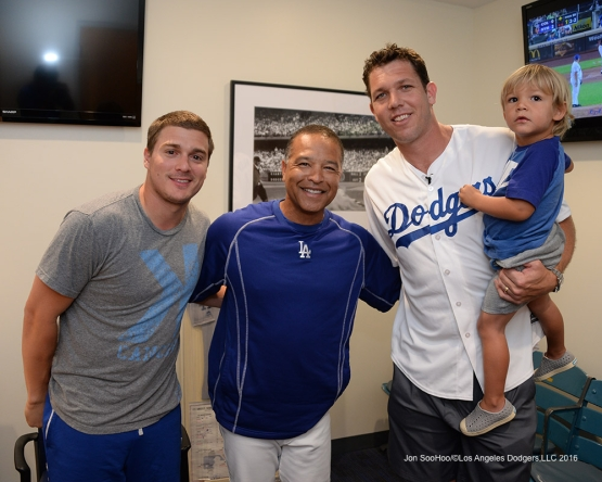 Kike Hernandez, Dave Roberts and Luke Walton and son pose prior to Saturday's game.